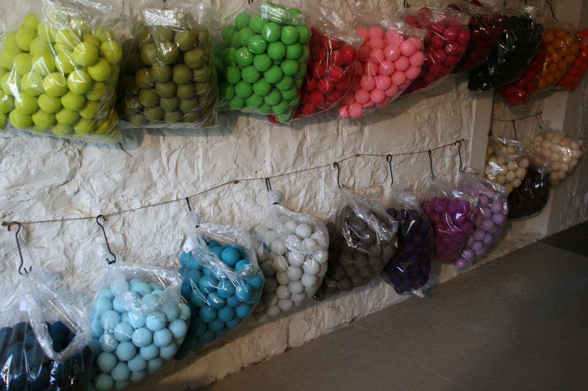 Guirlande lumineuse de boules composez votre guirlande namur au magasin u - Guirlande boule de couleur ...